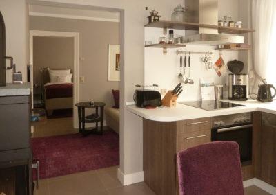 Pohled do TV místnosti a ložnice Ap1